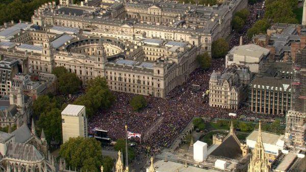Während im Unterhaus debattiert wurde, demonstrierten Hunderttausende auf Londons Straßen gegen den Brexit. AP