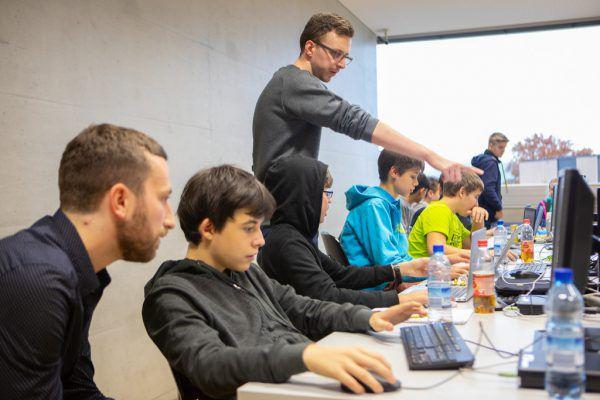 Die Jugendlichen werden spielerisch in die Welt des Programmierens eingeführt. Hartinger
