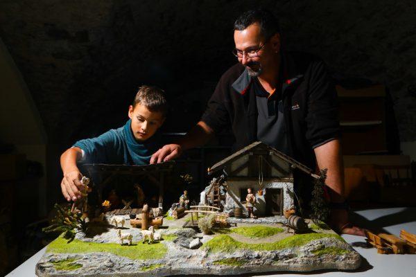 Stolzer Vater: Frank und sein neunjähriger Sohn Martin sind begeisterte Krippenbauer.Hartinger