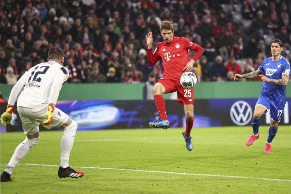 Am Ende wurde es noch einmal knapp für Thomas Müller und seine Bayern. AP/Schrader