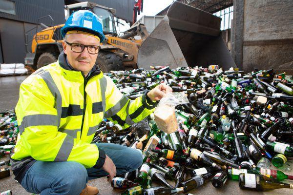 Christoph Loacker ärgert sich, wenn etwa Brot den Weg in den Altglascontainer findet.Klaus Hartinger (2), Loacker Recycling (1)