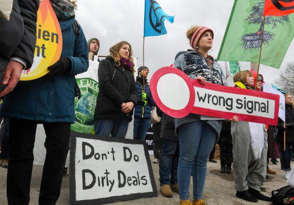 Fridays-for-Future-Aktivisten demonstrierten vor der Siemens- Hauptversammlung.