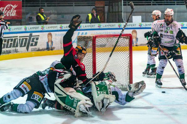 Mit großem Einsatz erkämpfte sich Christoph Draschkowitz das 1:0 (l.). Torhüter Felix Beck verletzte sich im ersten Drittel (oben).Stiplovsek (2)