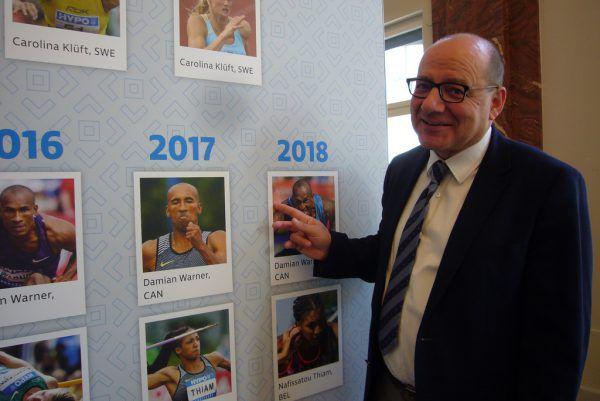 Der Sportliche Leiter des Mehrkampf-Meetings in Götzis Walter Weber vor der Siegerwand vergangener Jahre.dedeleit