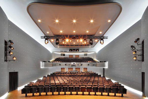 Die Lichter gehen wieder an: oben Landestheaterintendantin Stephanie Gräve und unten Kosmos-Leiter Augustin Jagg.Anja Köhler, Paulitsch, Hartinger