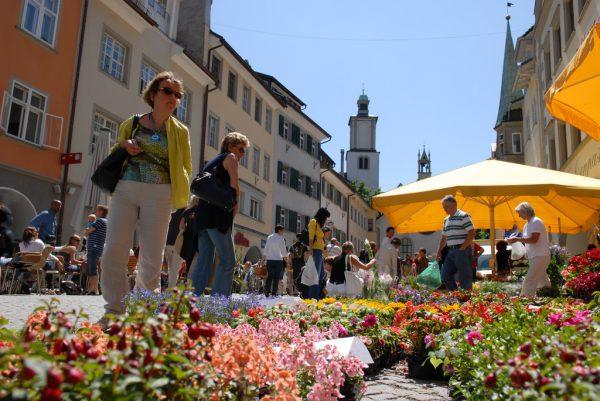 Der Wochenmarkt ist ein beliebter Treffpunkt in der Feldkircher Innenstadt. Stadt Feldkirch
