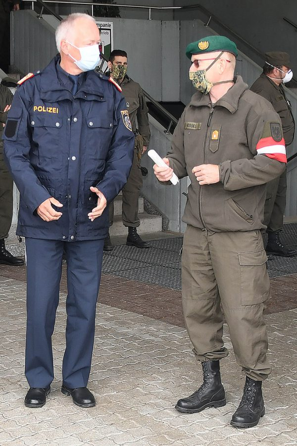 Landespolizeidirektor Hans-Peter Ludescher (l.) und Militärkommandant Gunther Hessel.Bundesheer