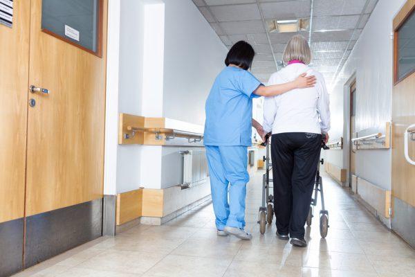 Der Personalbedarf im Pflege- und Betreuungsbereich ist groß. Shutterstock