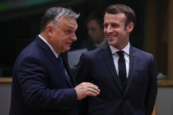 Viktor Orbán und Emmanuel Macron schränken beide stark die Grundrechte ein und Brüssel findet nichts daran.APA/AFP