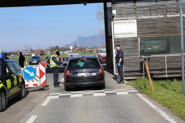 Die Schweiz hat die Absperrungen an ihren Grenzübergängen nach Österreich und Deutschland entfernt. Kontrolliert wird weiter.Polizei