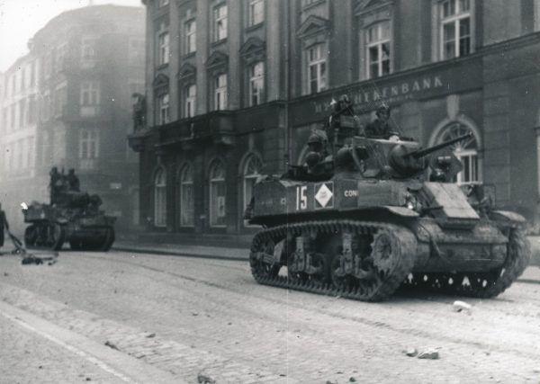 Ein Panzer rollt durch Bregenz.