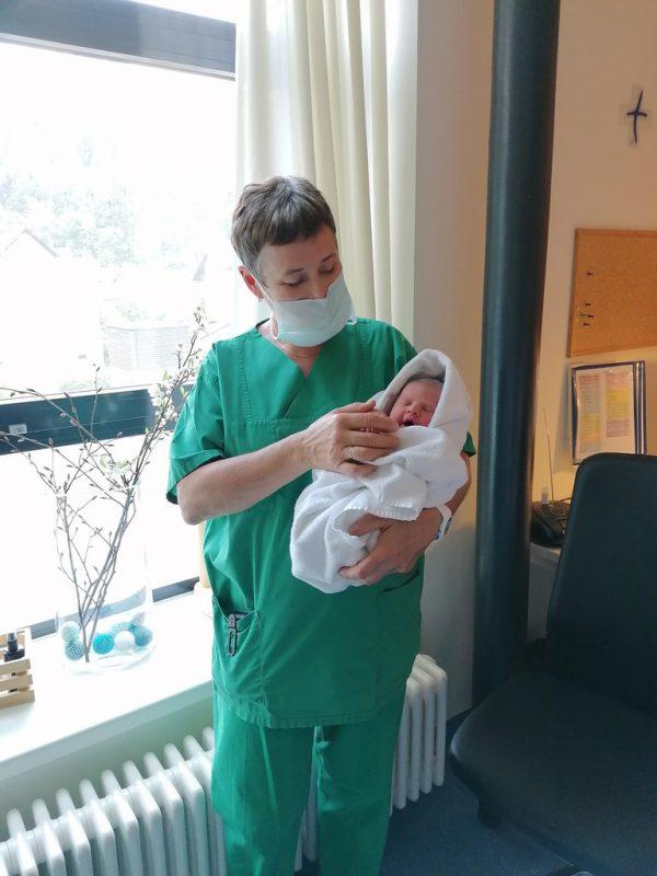 Marie-Luise Kramer mit dem 4000. Baby, dem sie auf die Welt geholfen hat.KHBG