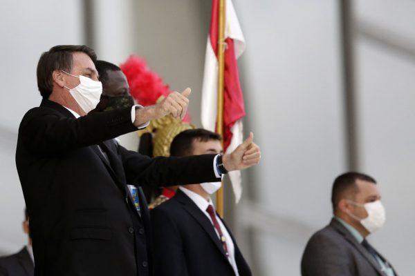 Präsident Jair Bolsonaro mit den Daumen nach oben. ap