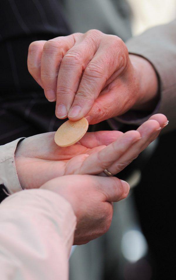 Zurzeit gibt es nur die Handkommunion und auch diese unterliegt strengen Hygieneauflagen.dpa