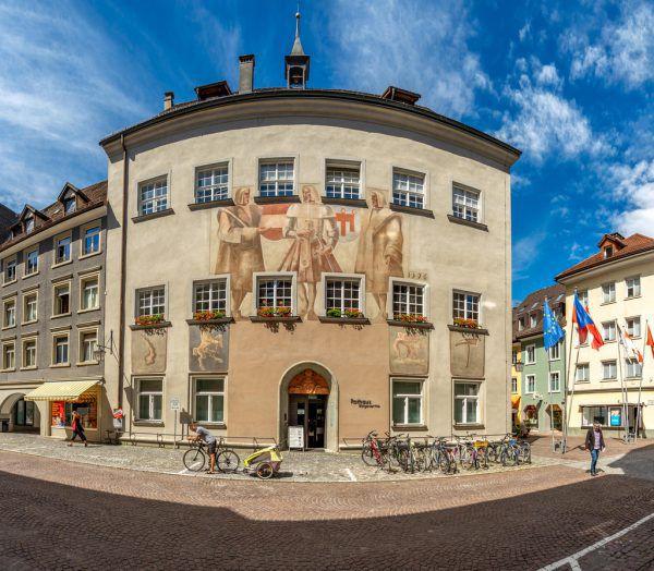 Auf der Fassade (l.) sind historische Ereignisse verewigt. Im Ratsaal (r.) tagt die Stadtvertretung.