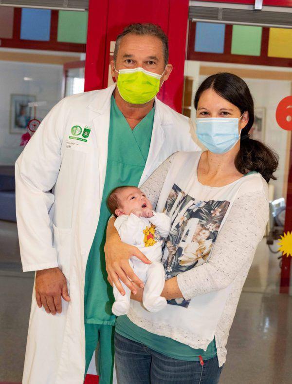 Die kleine Judith mit ihrer Mutter Stefanie und dem behandelnden Arzt Holger Till.Apa/LKH Graz/Wiesner