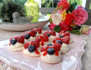 Mini-Pavlova mitfrischen Beeren