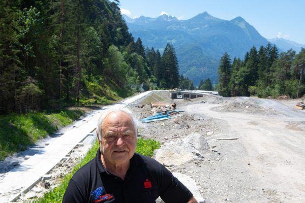 Helmut Tagwerker (l.) ist seit 1965 der Obmann des Vorarlberger Rodelverbandes und beaufsichtigt die Baustelle regelmäßig.hartinger (10)