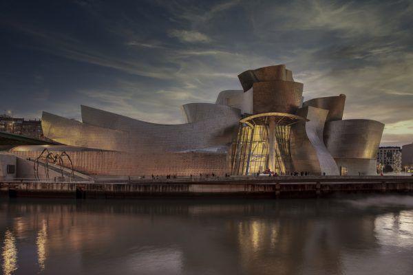 Im Guggenheim-Museum im spanischen Bilbao wurden von Zumtobel über 1000 LED-Leuchten verbaut.
