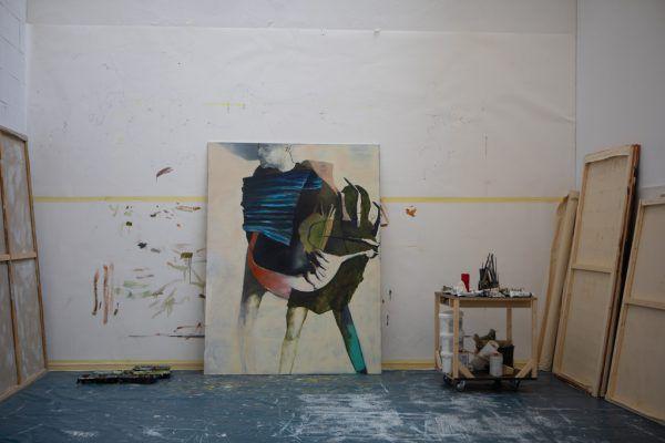 Lorenz Helfer an seinem Arbeitsplatz. Viel Licht kommt von oben in das Atelier. Klaus Hartinger (5)