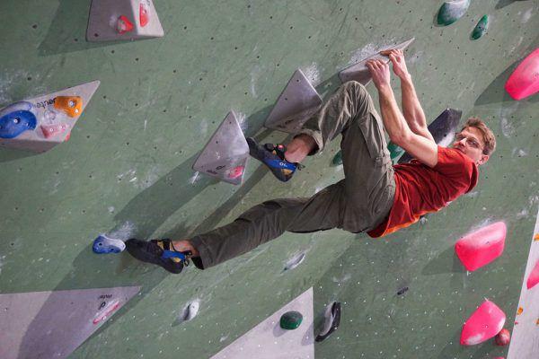 Patrick Persdorf zeigt die Faszination Bouldern. Er führt die Halle Greifbarin Bregenz.Julia Putzger