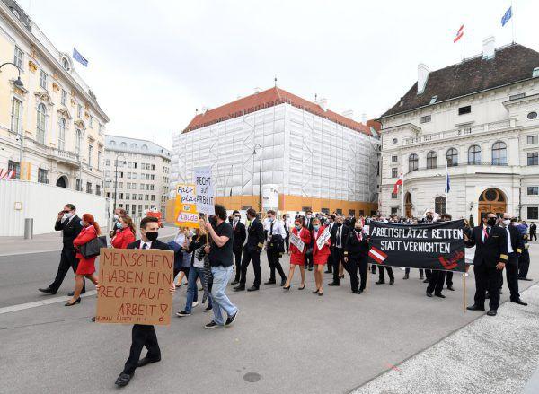 Protest der Laudamotion-Mitarbeiter mit Mundschutz in Wien. Auch Flugbegleiter und Kinder waren dabei.Apa (3)