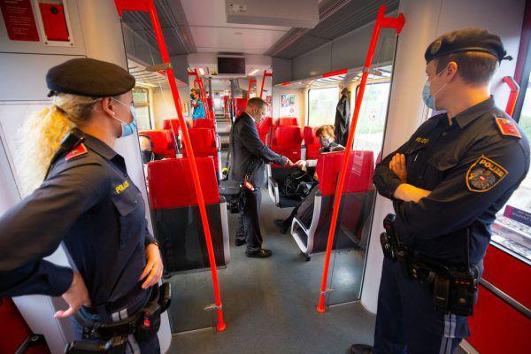 Seit 2. Juni gemeinsam im Zug unterwegs: ÖBB-Zugbegleiter und die Polizei.