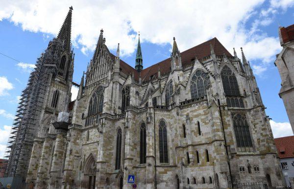 Auch in der Regensburger Kathedrale werden wieder Messen auf Latein abgehalten. AFP