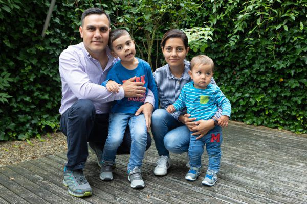 Azat und Arpine P. mit ihren beiden Söhnen Anri (5) und Areg (1).Hartinger