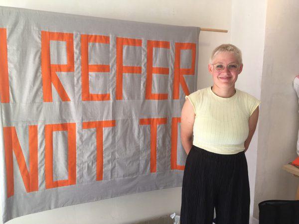 Die ersten Flaggen hängen bereits. Kleines Bild: Theresa Hattinger im Kollektiv-Raum. Kirstin Tödtling (1)/LK(1)
