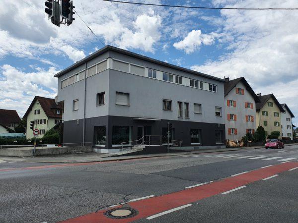 Die Filiale liegt direkt an der Rheinstraße mit Parkplätzen hinter dem Haus.Hartinger