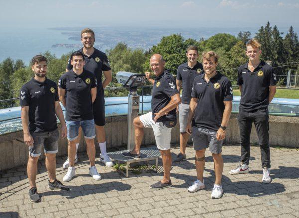 Trainer Markus Burger (Mitte) wird von seinen Spielern umringt.Paulitsch