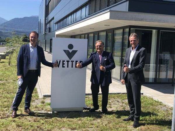 Udo J. Vetter, Beiratsvorsitzender und Mitglied der Inhaberfamilie (Mitte) und die Vetter-Geschäftsführer Peter Sölkner (links) und Thomas Otto (rechts) geben den Startschuss für die neue Produktionsstätte, die 2021 in Betrieb genommen werden soll.Hartinger, stadler