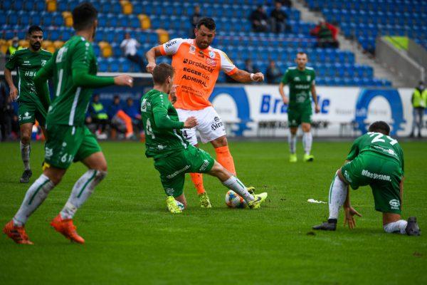 Auch vier DSV-Akteure konnten Hartberg-Angreifer Dario Tadic nicht stoppen.Gepa/Lerch