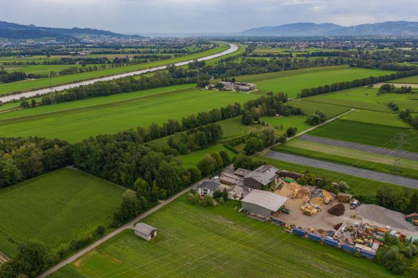 Das Abbaugebiet befindet sich auf Altacher Gemeindegebiet, das Grundstück gehört jedoch der Marktgemeinde Götzis. Beschwerde gegen die Bewilligung brachte ein Nachbar aus Mäder ein.