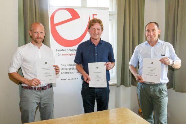 Der 48. Beitritt: Gregor Sellner (Energieinstitut), Gemeindechef Bernhard Kleber und Landesrat Johannes Rauch (v.l.).Hofmeister