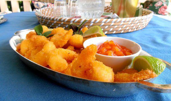 Die Koskosgarnelen werden mit Limettenspalten und frischem Koriander oder Thai-Basilikum serviert.Ulrike Hagen