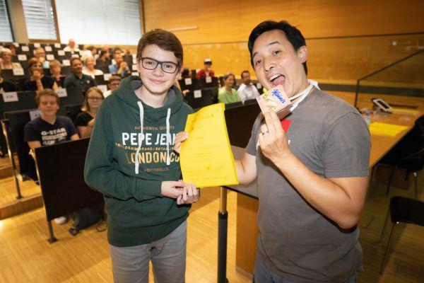 Dozent Phuc Le (r.) hatte bei der Zertifikatsverleihung Spaß und zeigte sein Talent als Entertainer. Hartinger (2)