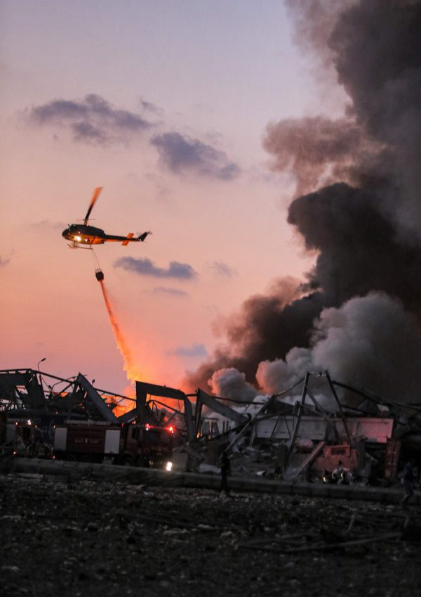 Ein Helikopter löscht am Hafen von Beirut. AFP