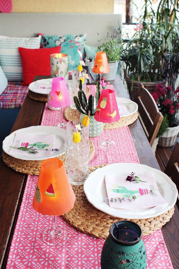 Idee für eine sommerlich-bunte Tischdeko im Garten. Jasmine Hörhager (3)