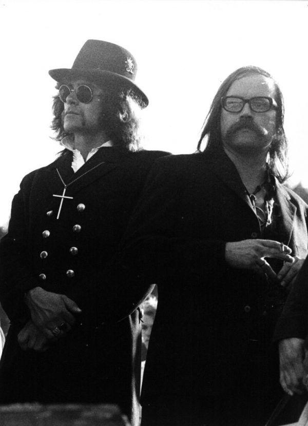 """Im großen Bild das """"Begräbnis"""" des Flint-Festivals. Kleines Bild oben: Reinhold Luger (r.) und Walter Batruel."""