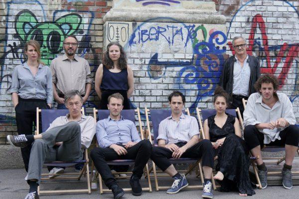 Im großen Bild die Mitwirkenden des neuen Stücks, im kleinen Bild Thomas Kolle bei den Proben.aktionstheater ensemble (1)/Gerhard Breitwieser (1)