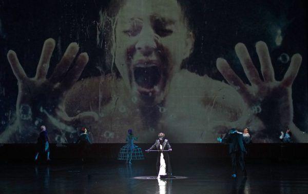 """""""Impresario Dotcom"""" im Festspielhaus. Kleines Bild links unten: Zeynep Buyraç als """"Dotcom"""".Bregenzer Festspiele/Karl Forster (4)"""