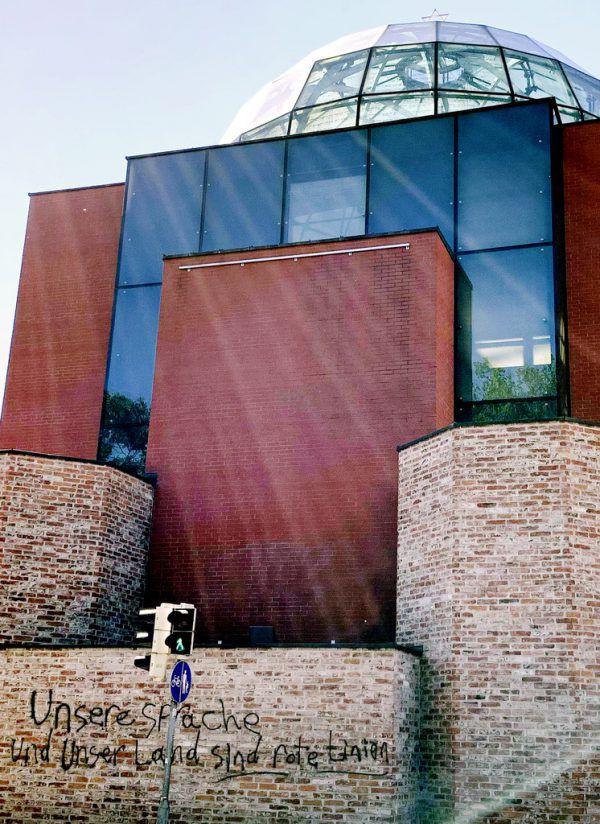 In der Nacht auf Samstag wurden Zementbrocken gegen die Fassade der Synagoge geworfen.