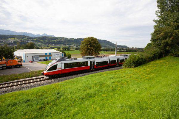 In Liechtenstein ist nun das Volk am Zug: Die Stimmbürger entscheiden über den Ausbau der Eisenbahnstrecke. Im Bild ein ÖBB-Zug in Schaanwald (FL).Klaus Hartinger, Liechtenstein Institut