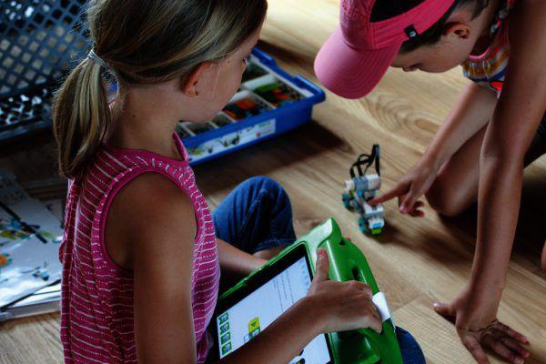 Lego Fahrzeuge selbst programmieren und steuern konnte man beim Mediencamp der Digitalen Initiativen. Alexandra Folie/WISTO (2)