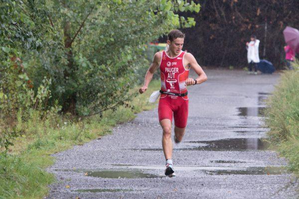 Leon Pauger mit dem Blick auf die Uhr. 16 Sekunden Vorsprung waren es am Ende. ÖTRV