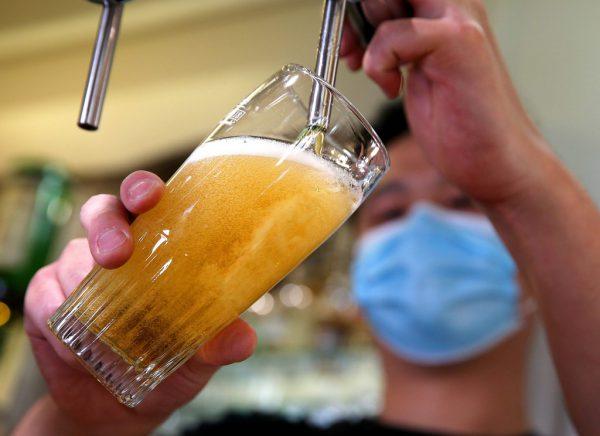 Nach einem guten Start ins Jahr wirkte sich die Corona-Pandemie negativ auf das Geschäft der Brauereien aus.AFP, Stiplovsek
