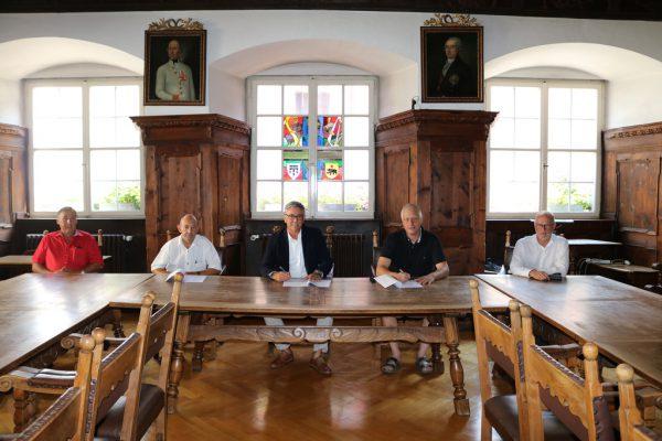 Bürgermeister Wolfgang Matt (l.), Agrar-Obmann Robert Ess (Mitte) und Stadtrat Rainer Keckeis (l.) bei der Vertragsunterzeichnung zur Wasserversorgung. Stadt FK