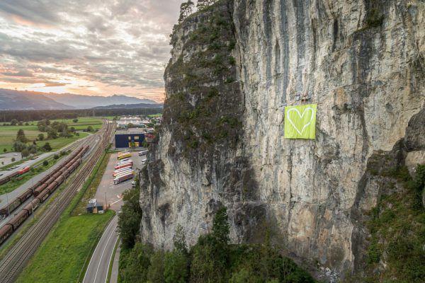 Nüziders: Sieben mal sieben Meter großes Herz am hängenden Stein.Fritsche